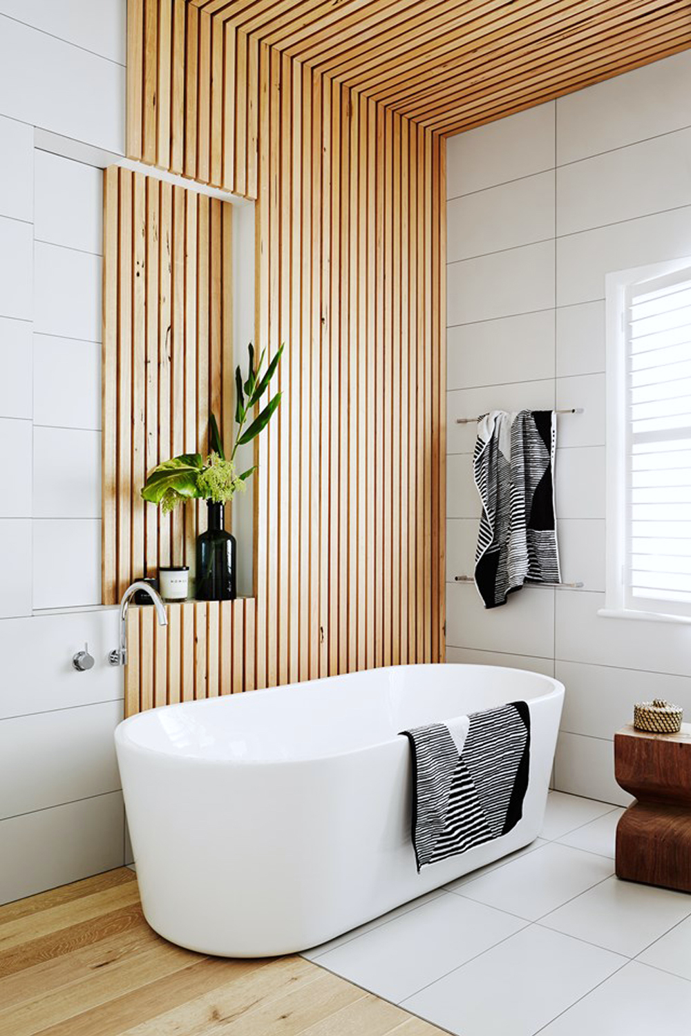 Bathroom with feature oak slat wall || Natural timber in interiors - FIRST SENSE