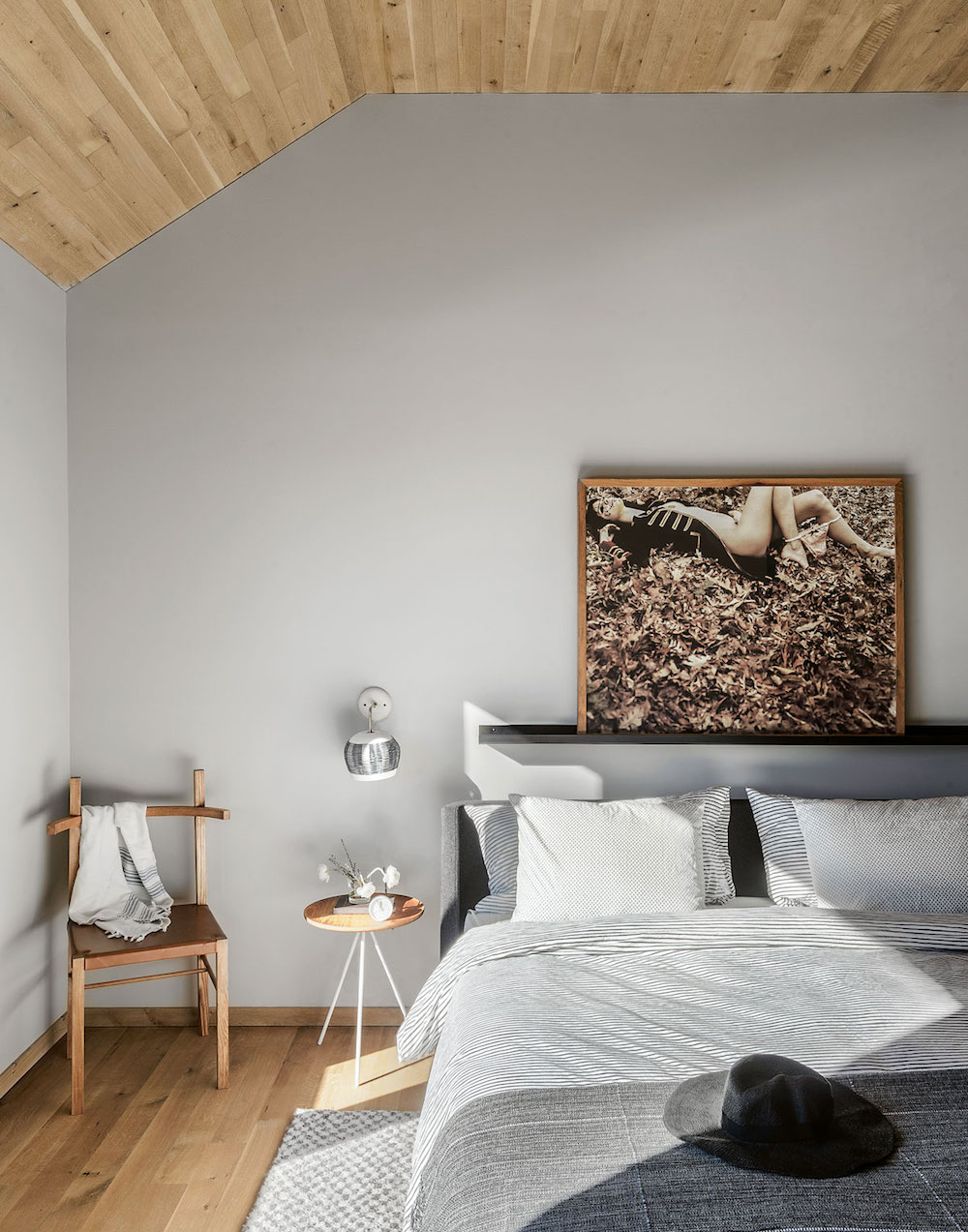 Bedroom with timber clad ceiling || natural timber in interiors - FIRST SENSE
