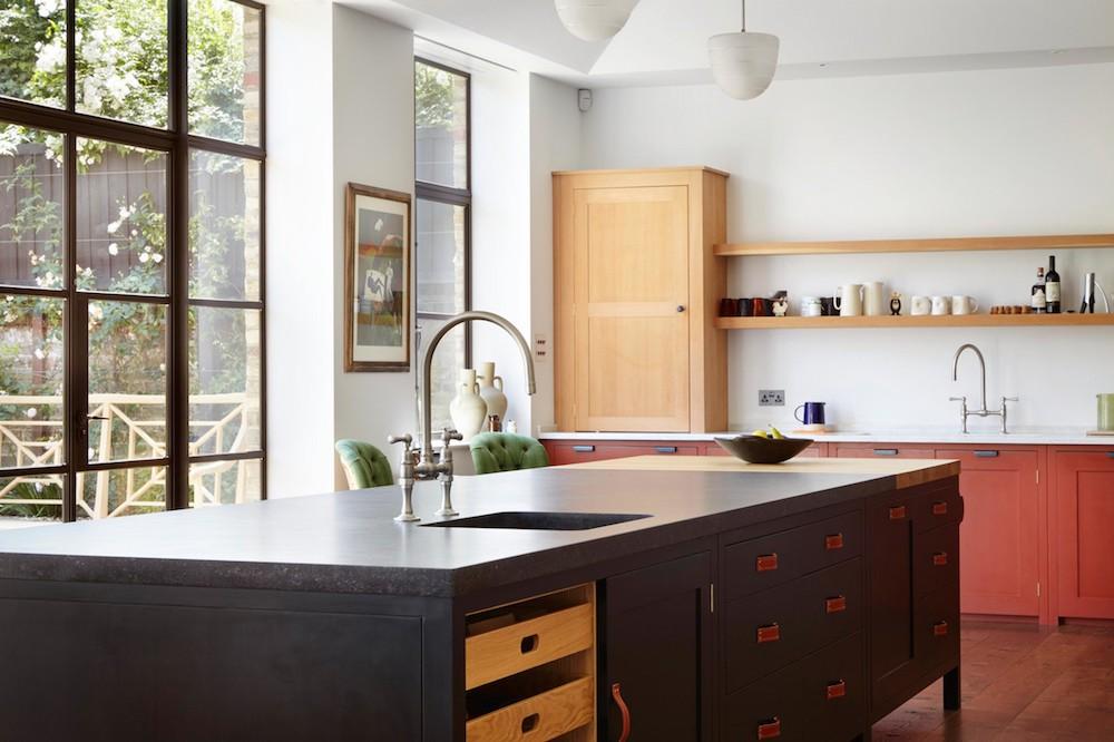Red-orange kitchen with black island || Colour in the kitchen - FIRST SENSE